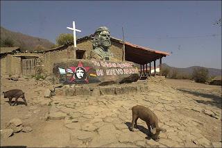Monumento en La Higuera, donde fue asesinado El Ché por un militar que debió emborracharse para hacerlo