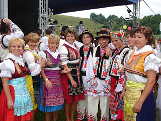 CC Silar (http://en.wikipedia.org/wiki/Image:Carpatho-Rusyn_sub-groups_-_Presov_area_Lemkos_%28left_side%29_and_Przemy%C5%9Bl_area_Ukrainians_in_original_goral_folk-costumes..jpg)