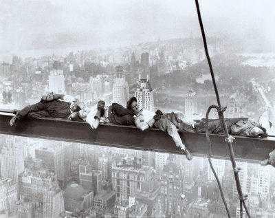 Para pekerja yang difoto sedang istirahat di palang tinggi