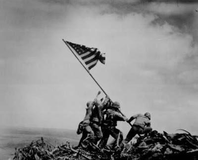 US Marine menancapkan bendera Amerika di Iwo Jima.