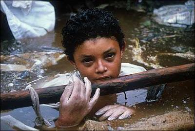 Omayra Sanchez (1985). Pekerja Palang Merah berjuang keras menyelamatkan gadis yang terjebak ini. Mereka gagal, setelah 60 jam kemudian Omayra tewas.