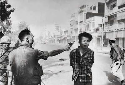 Gambar yang sangat terkenal. Nguyen Ngoc Loan kepala polisi Vietnam Selatan mengeksekusi mati seorang pemuda yg diduga sebagai Vietcong. (Gambar ini memenangkan hadiah Pulitzer)