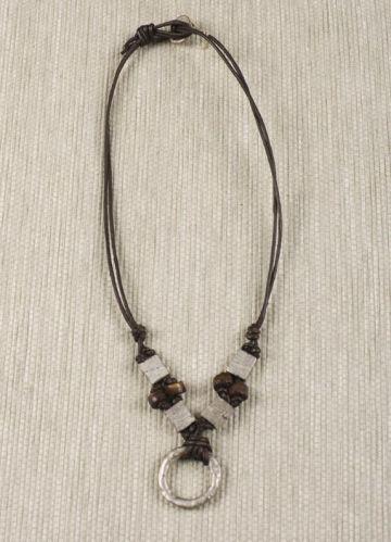 f2371271a6f9 Bisutería de cuero y metal fundido para hombre.