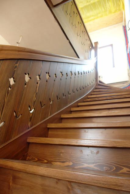 Schody drewniane z balustradą wycinaną, w stylu zakopiańskim.