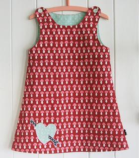 e4dbecf5 En ny Spencer-kjole i sopp-stoff fra Stoff og Stil. Størrelse 110. Svalen i  nakken kan kanskje virke litt oppfinnsom, men var altså et resultat av en  tabbe.