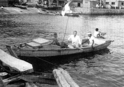 大賀船大工最後の和船 中央が筆者の実父、右が大賀船大工