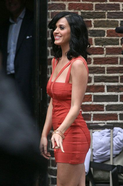 872452399ee 凱蒂佩芮Katy Perry in red outside the Ed Sullivan Theater in New ...