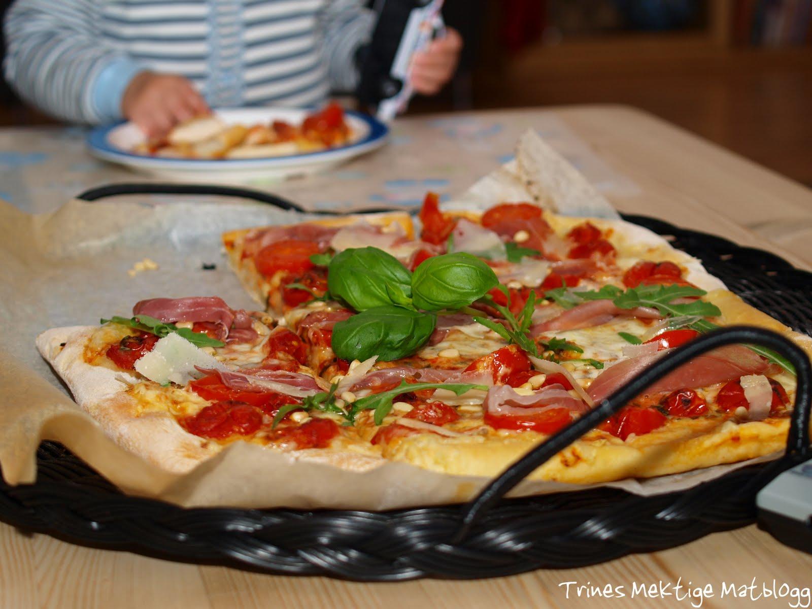 » Pizza med cherrytomater, mozzarella, parmaskinke og parmesan