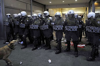 Lukánikos frente a los antidisturbios