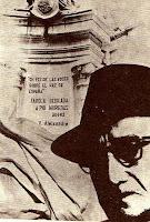 Pío Muriedas delante de la farola que el Ayuntamiento de Santander le dedicó en 1982 en la Plaza de Numancia