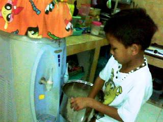 Anak kecil saja bisa masak nasi