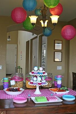Decora una mesa de postres y buffet for Como decorar mesa de postres para baby shower