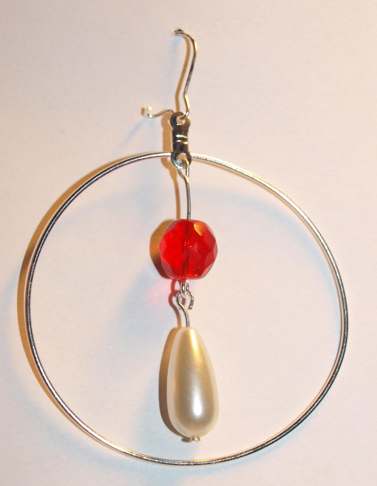 a9c0869a2b9 Rõnga ja rippuva detailiga. Rõngaga ümbritsetud valge ja punase pärliga  kõrvarõngad!