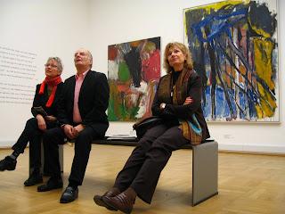 758907f2745a Här på Statens Museum for Kunst i Köpenhamn sitter Mia, Bo och Lena djupt  försjunkna i en analys, med efterföljande diskussioner, av den abstrakta  konstens ...