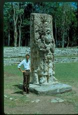 Con una estela maya de Copán