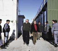 Ex presos políticos recorriendo el penal de Rawson
