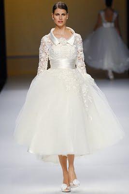 1c23b119c Elegantísimo vestido corte imperio con talle y mangas de encaje. Cuello  tipo camisa