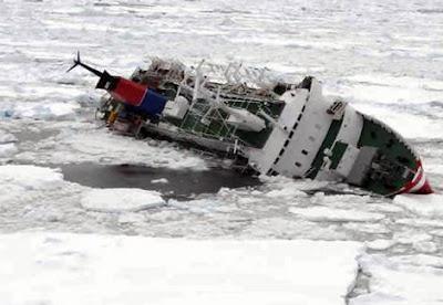 Navio no gelo a deriva