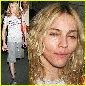 347b21510 En la imagen, se ve a Madonna saliendo del Kabbalah Centre en New York, y  parece que tanto ella como Ritchie harán una 'Shabbat Nachamu' (Noche de ...