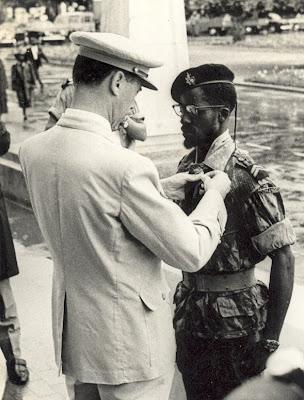 o 1º Cabo Abdulai Jamanca a ser condecorado com a Cruz de Guerra pelo  Coronel Kruz Abecasis (Cmdt da BA 12) em 10 de Junho de 1967 ( ). dc5d8b77cbc