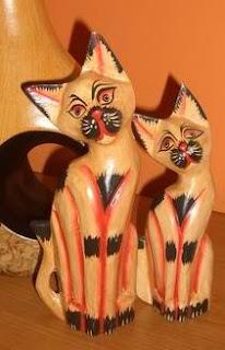 Zdjęcie drewnianych kotów