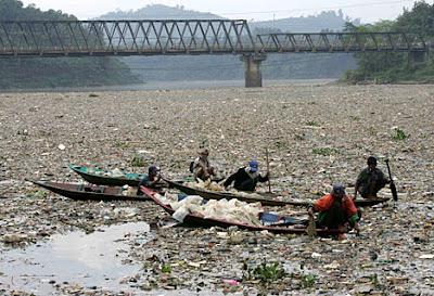 plasticrubbish3R 468x319 O rio mais poluído do mundo   Curiosidades