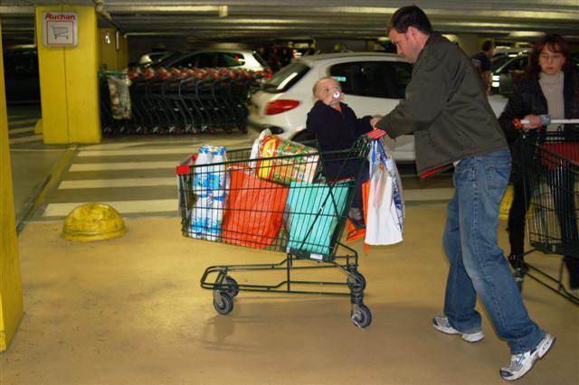 [dave+pushing+cart.jpg]