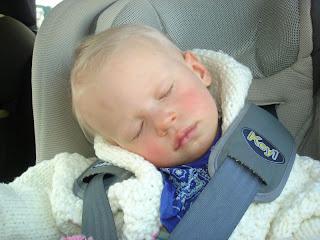 w aucie sonieczka smacznie śpi