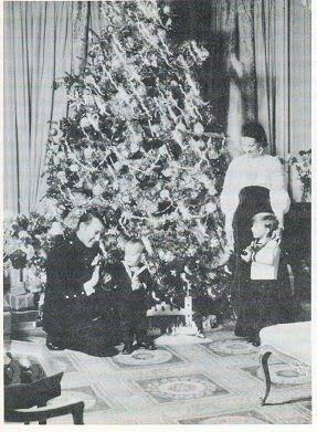 Gloria Vanderbilt - Página 2 WyattAndersonXmasTree