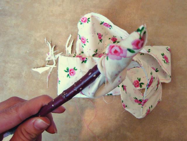 Мы рассматриваем урок как сшить цветы из ткани.  Чтобы сшитые цветочки...