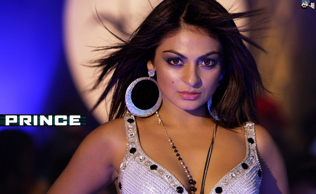 Neeru Bajwa Hot Cleavage Bollywood Photo