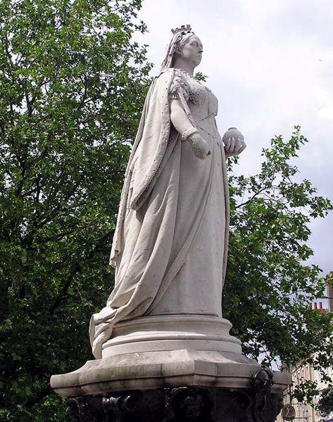 [473px-Victoria.statue.arp.500pix]