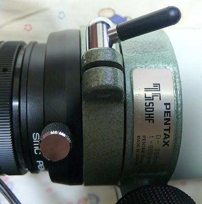 Pentax 75SDHF, 調蕉座固定把手,可以將整個調焦座鎖死,以防止調焦座因後方的負重而滑動。