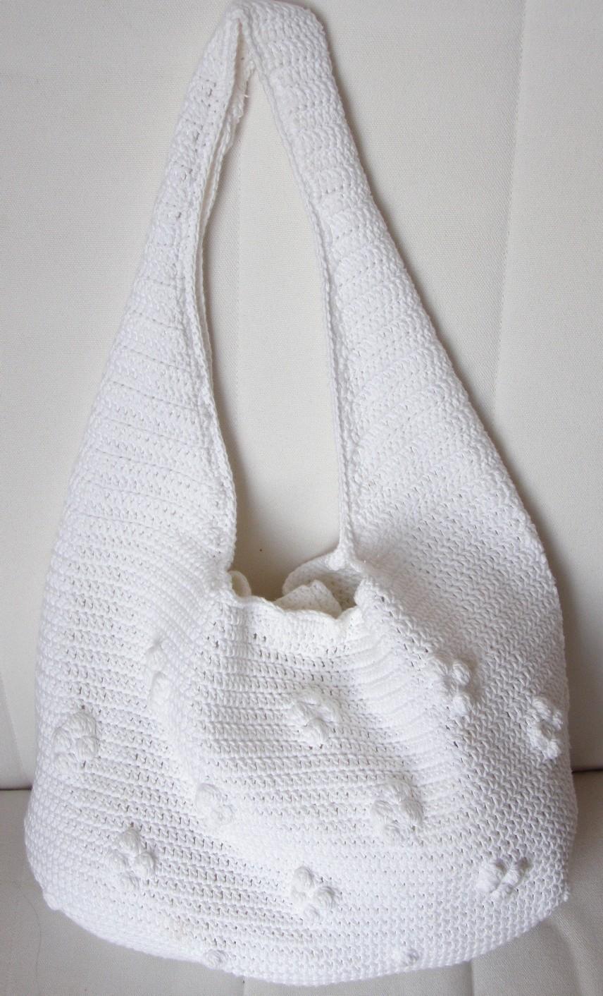 Ehhez a fehér táskához leginkább egy lenge nyári ruha és szandál illenék 83df07fed1