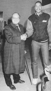 Carles Casas, president del TDK Manresa, amb el jugador George Gervin. Fotografia: Hemeroteca diari Regió7