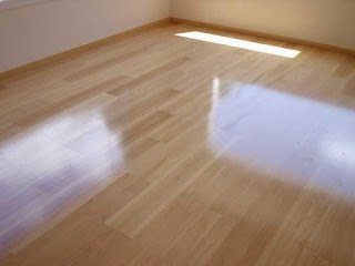 C mo limpiar y mantener un suelo de parquet o tarima for Losetas vinilicas suelo