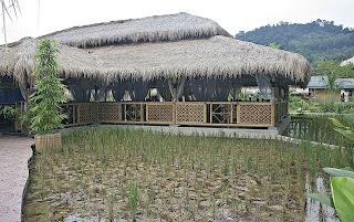 Rumah makan bambu