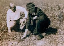 Dr. Hugh H. Bennett (à esquerda) e Henry Lazard, colaborador de Bennett