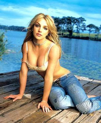 briteny spears clevage and down blouse, breasts clearly seen