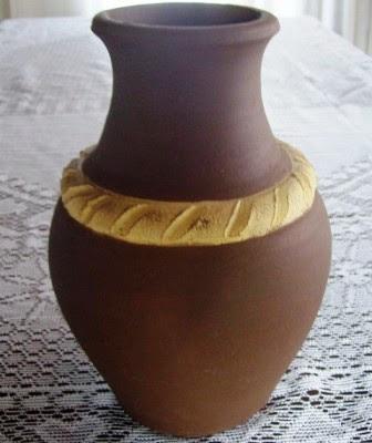 Cacharro de terracota color chocolate con guarda en relieve