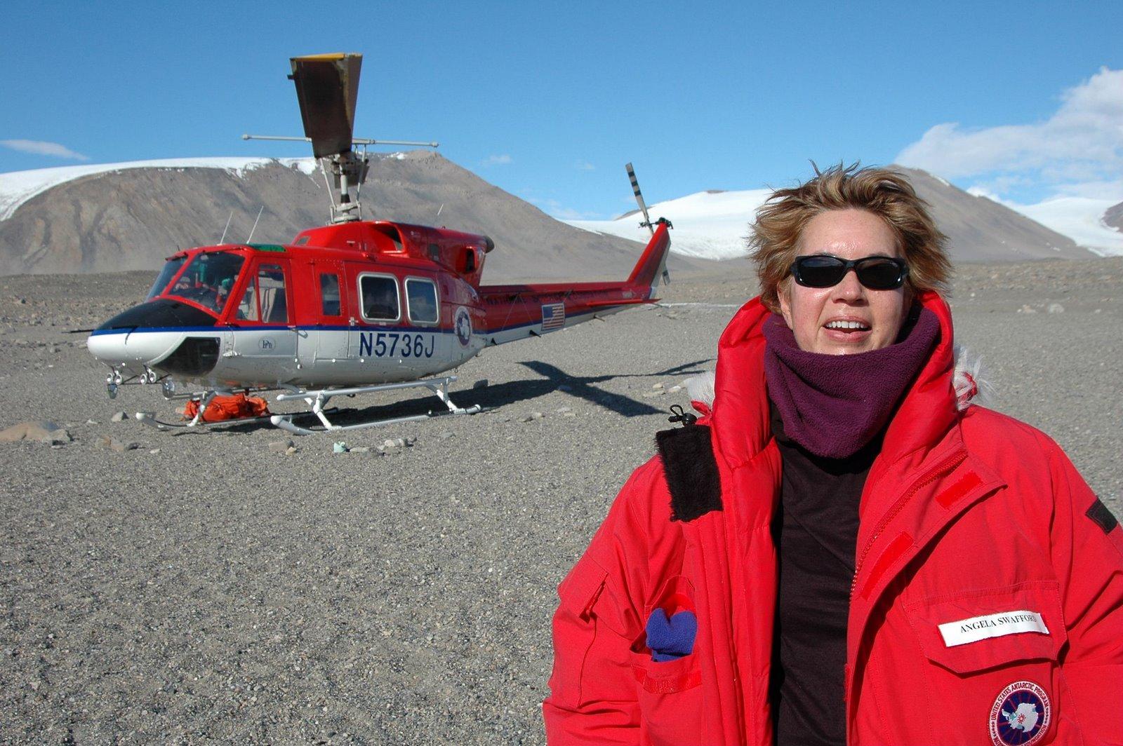 [Copy+of+angela+y+helicoptero+en+dry+valleys+antarctica.jpg]