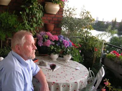 Balconcillos contra el hipillo Aa+steen+flemming+at+his+balcony