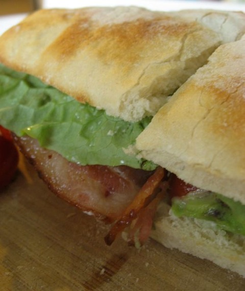 BLT sandwich (tocino, lechuga, tomate)