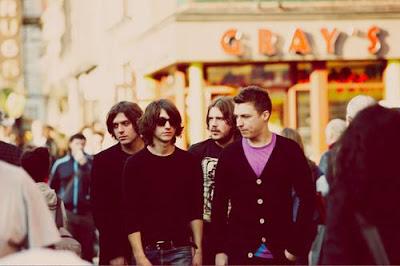 Arctic Monkeys anuncia un transmisión online y su último video Crying Lighting