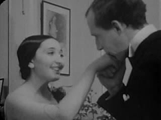 Clara Reisenberg celebrando su decimoctavo aniversario con Leon Theremin