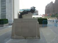 Escultura na entrada do prédio das Nações Unidas - sculpture on the entrance of the United Nations building