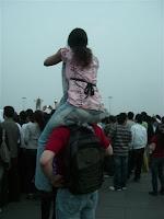 Sameera nos ombros do Ilya - Sameera on Ilyas´s shoulders