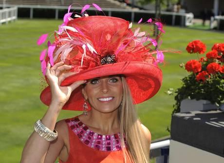 Il cappello è tornato prepotentemente alla ribalta in questi ultimi mesi  come accessorio irrinunciabile per la donna che acb744810bd2