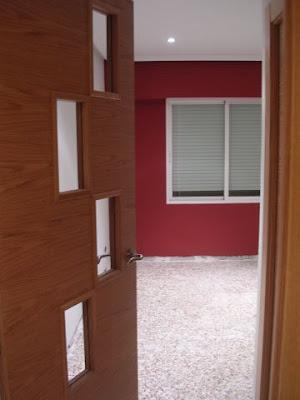 Una ventana abierta con for Paredes blanco roto
