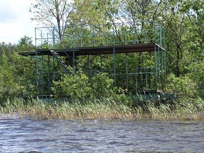У северо-восточного берега Лисьего стоит интересное плавучее сооружение
